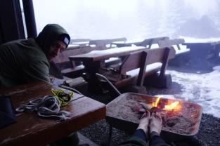 Füße wärmen am Feuer