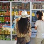 Aina und Mascha im Obstladen